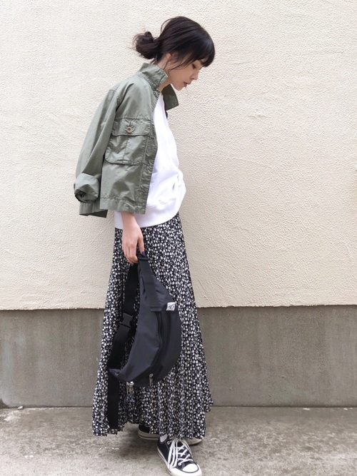 【カーキジャケット×黒の花柄スカート】の抜け感コーデ2