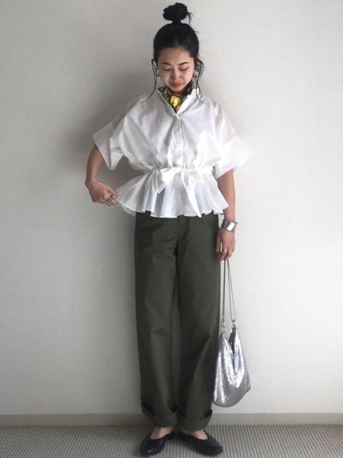 【オリーブパンツ×白トップス】のヘルシー&爽やかコーデ2