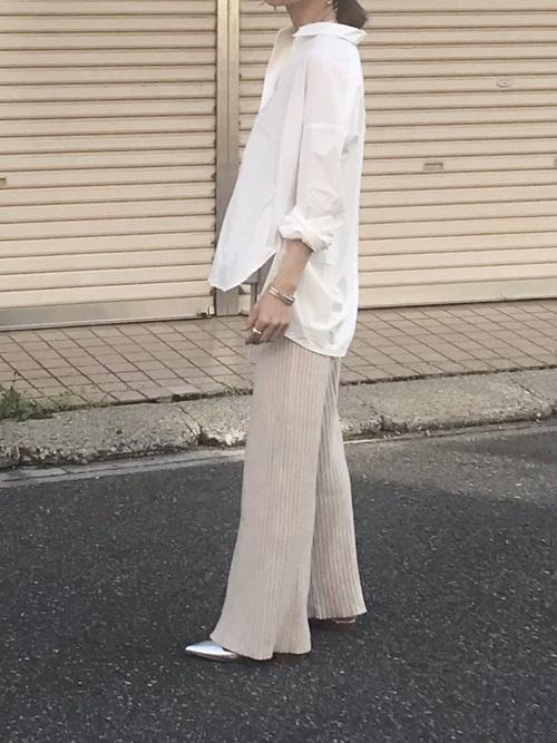 白のスキッパーシャツ リブパンツコーデ