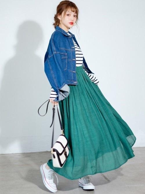 【緑スカート×ブルージャケット】の大人カジュアルコーデ