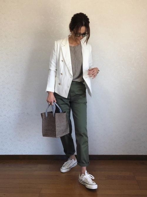 【オリーブパンツ×白トップス】のヘルシー&爽やかコーデ