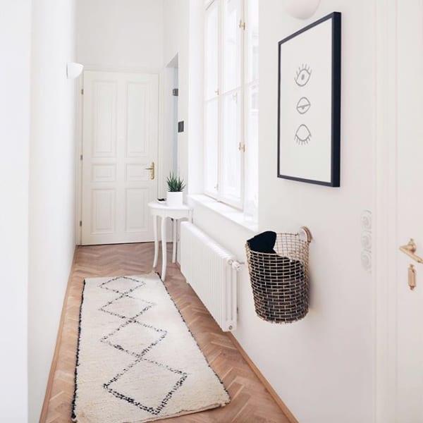 コンパクトな空間の壁には抜け感のあるアートを