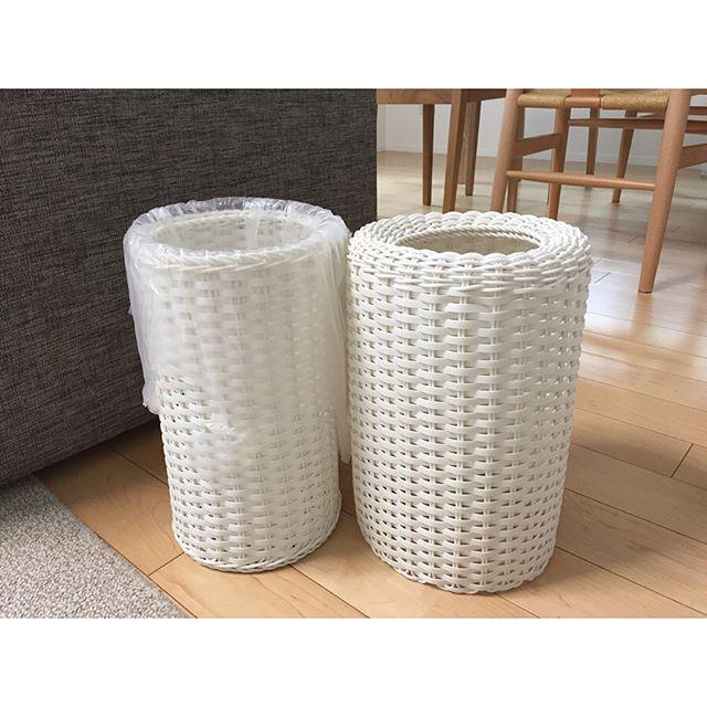 白のラタン調のゴミ箱