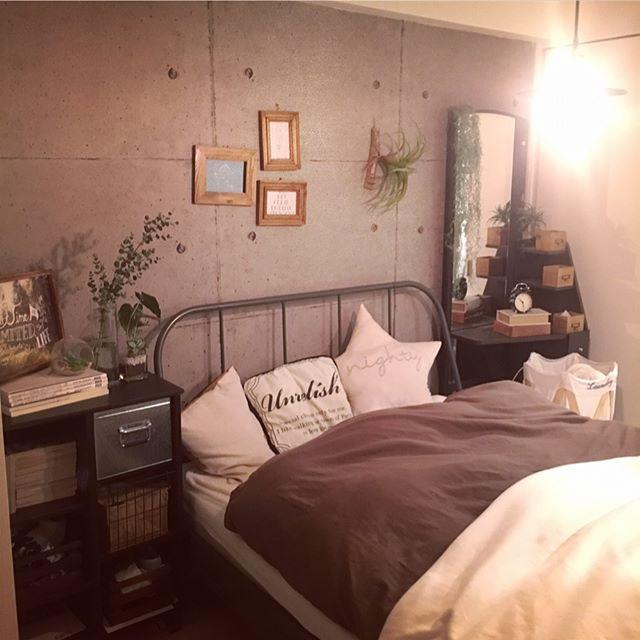 コンクリート打ちっ放しでインダストリアルな寝室
