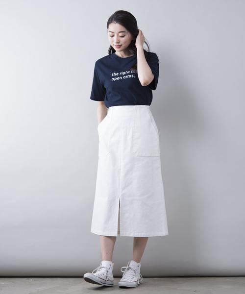 ロゴTシャツ×ロング丈スカートのスポーティーコーデ