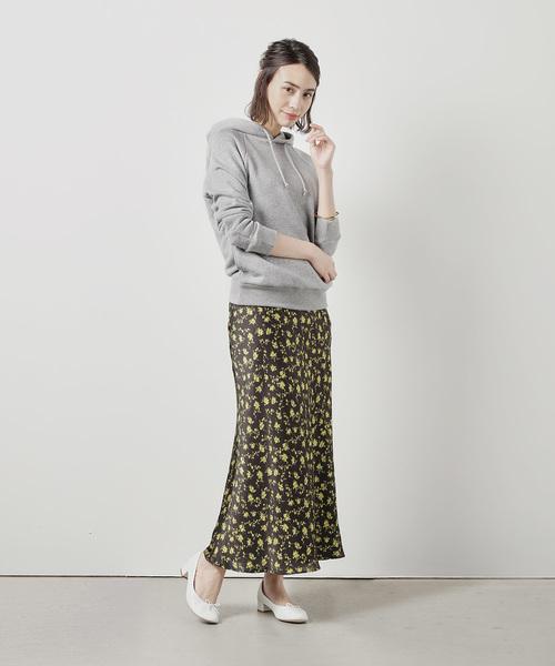 グレーパーカー きれいめ 花柄スカート