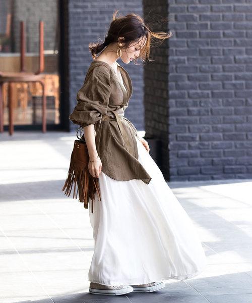 白ワンピ×カーキシャツ