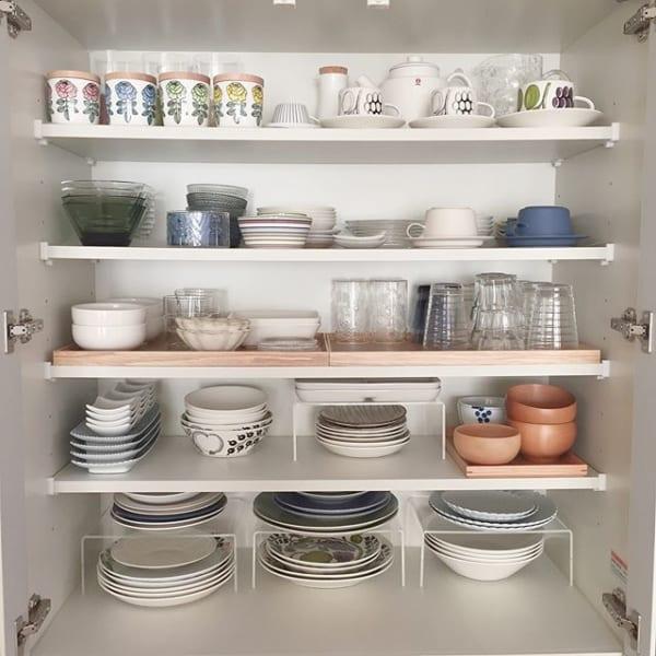 ガラス扉の食器棚に美しく並べる