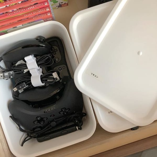 かさばるゲーム機器はふた付きボックスに2