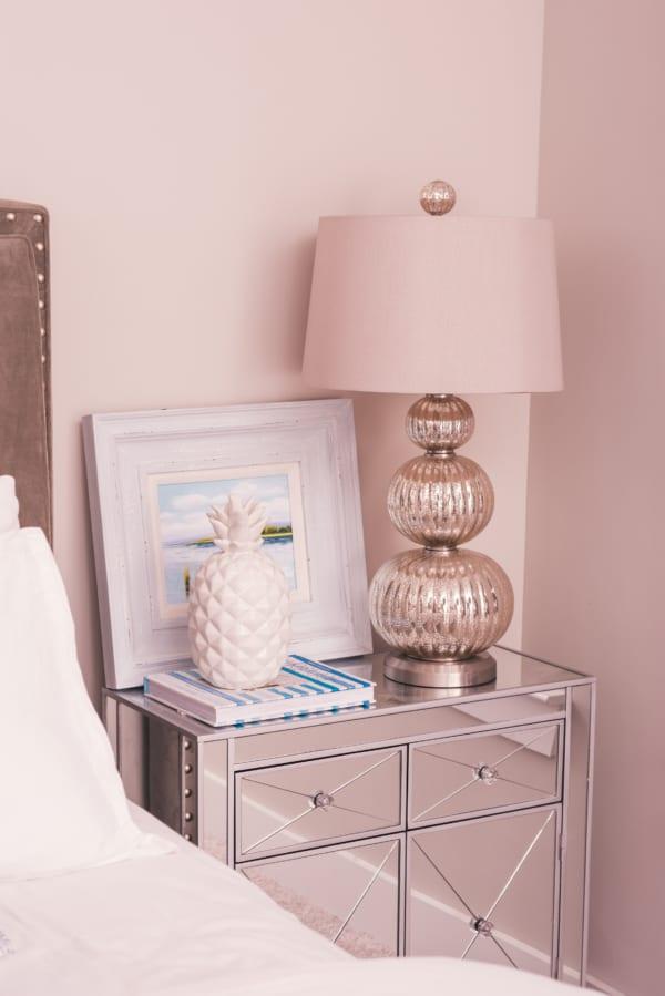 ミラー家具 ベッドサイド用の家具