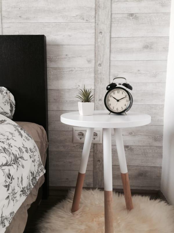 ベッドサイド用の家具 三本足の丸テーブル