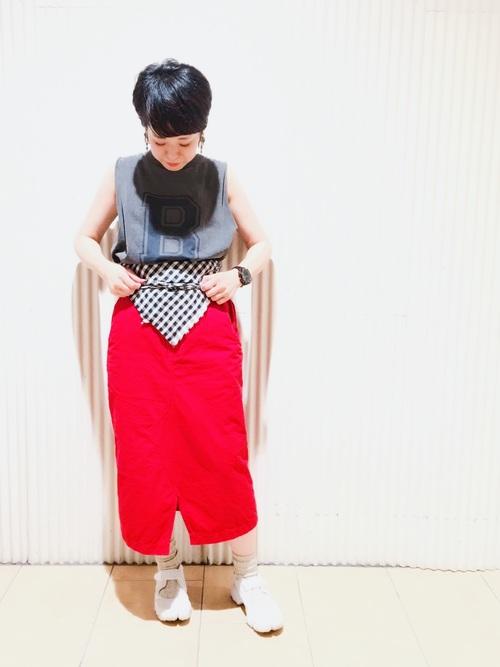 赤スカート 白スニーカー スカーフ