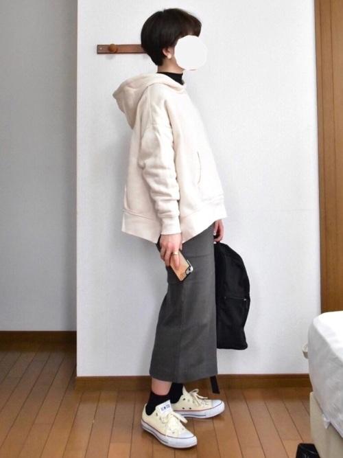 グレータイトスカート 白スニーカー 白パーカー
