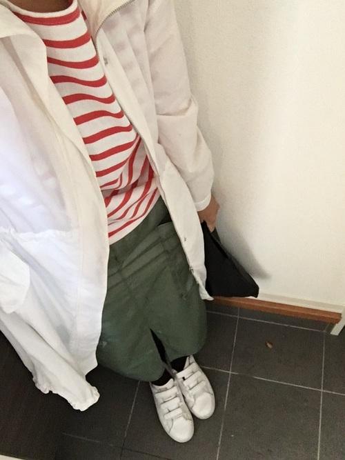 カーキタイトスカート 白スニーカー ボーダー柄トップス