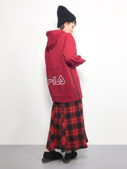 赤パーカー スカートコーデ4