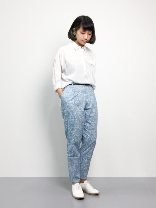 [haco!] ユニカラート SASAKI SHOGO 水色の幾何学四角柄 きれいタックパンツ