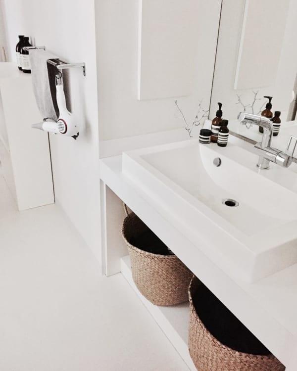 ホワイトインテリアのスタイリッシュな洗面所