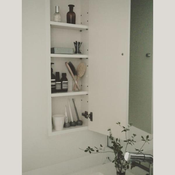 ホワイトインテリアのスタイリッシュな洗面所2