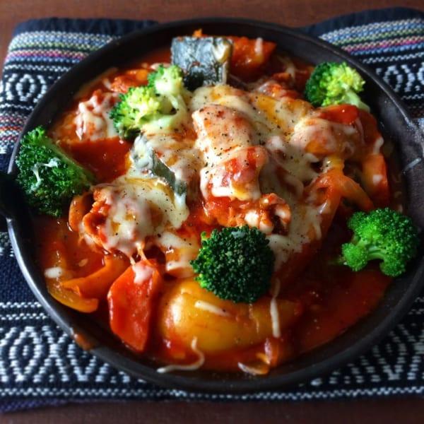 鶏肉と緑黄野菜のトマト煮トロトロチーズ乗せ