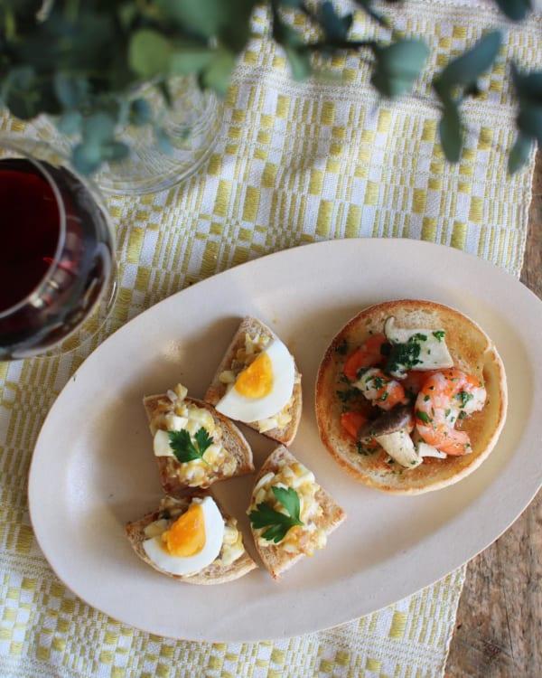 ガーリックシュリンプ&ゆで卵とアンチョビのマフィントースト