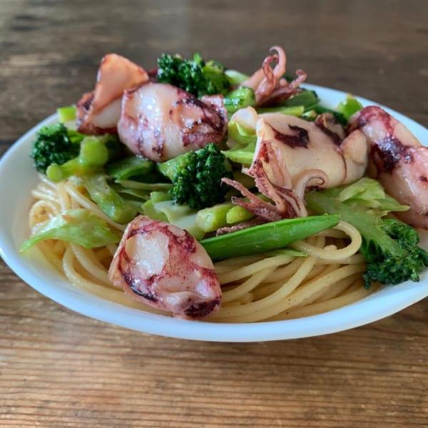 赤ちゃん剣先イカと緑の野菜でスパゲティ