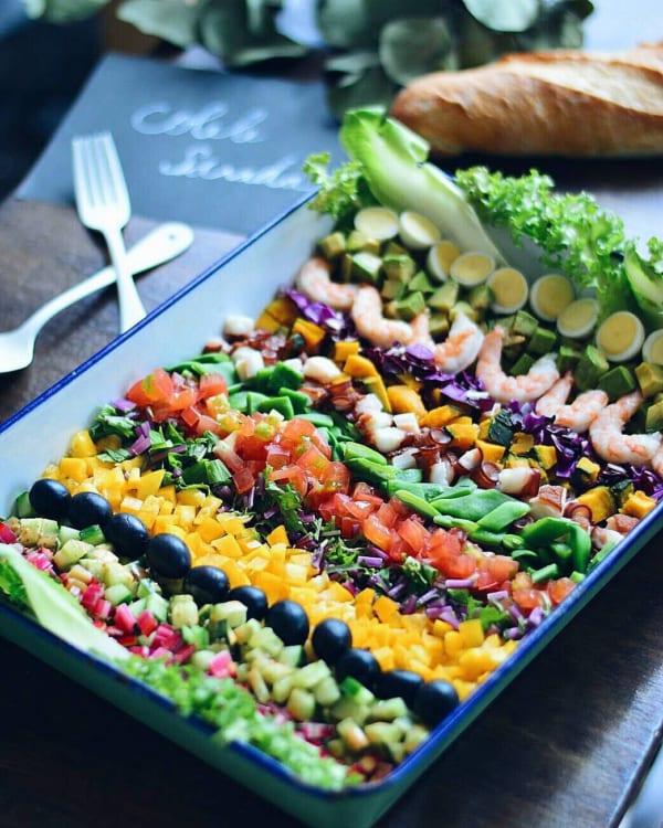チキンに海老やアボカド野菜もたっぷりコブサラダ