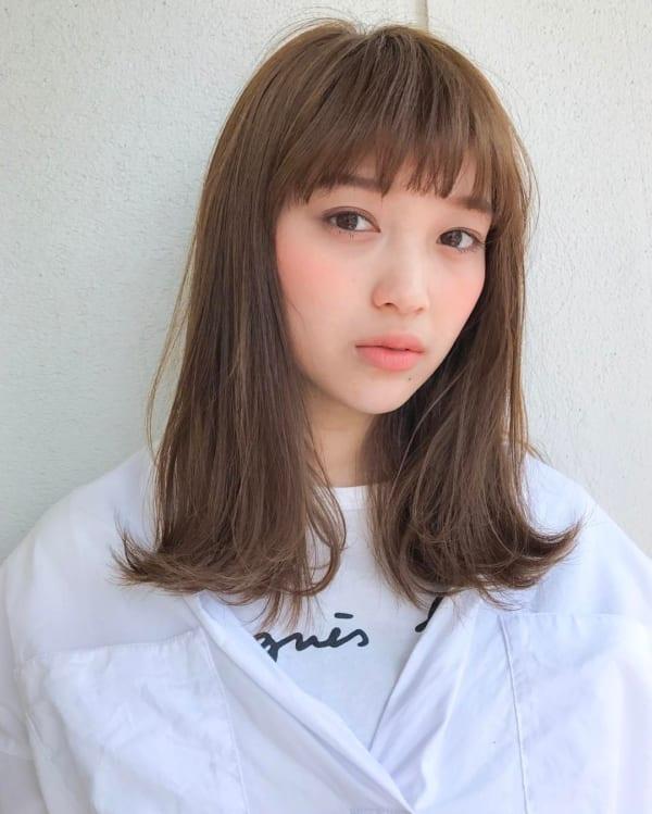 240代の【ミディアムヘア】×前髪あり ぱっつん前髪