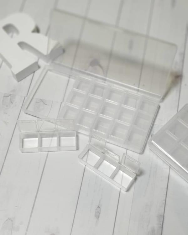 細かな小物類は小物収納ケースにまとめて