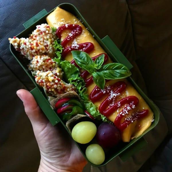 黄、赤、緑のオムレツのお弁当