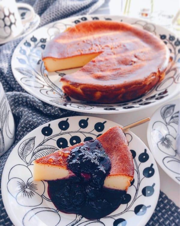 ベイクドチーズケーキのベリーソースがけ
