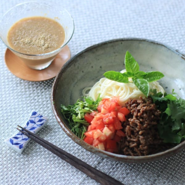 香味野菜とトマトのひき肉のゴマだれ冷や麦