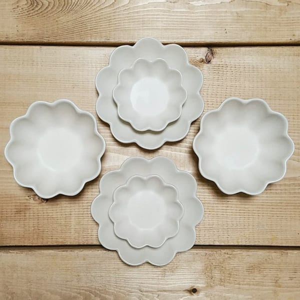 花の形のシンプルな和食器(セリア)