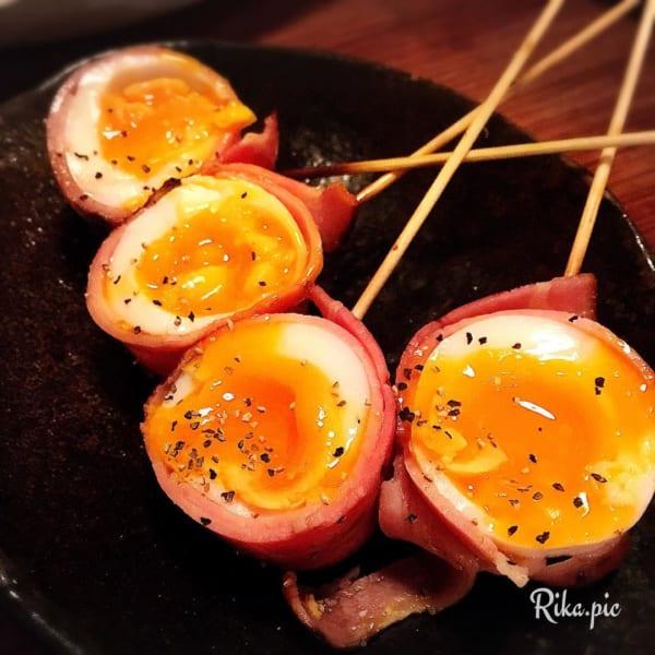 半熟卵とベーコンの串焼き