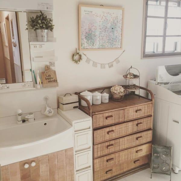 ラタン家具でナチュラルな洗面所インテリア