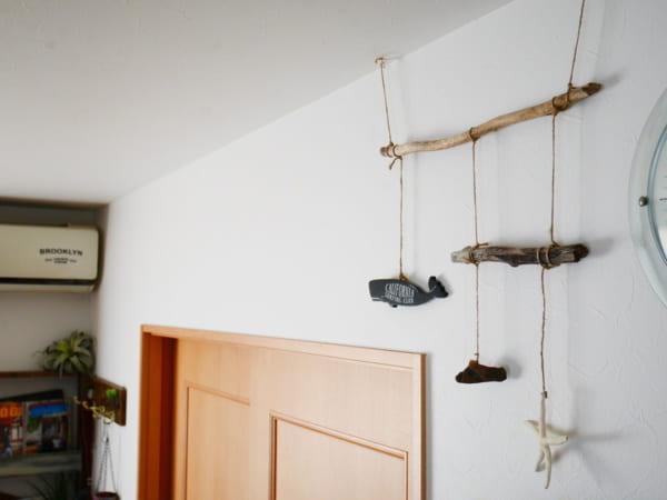壁や天井からモビールやグリーンを吊り下げて