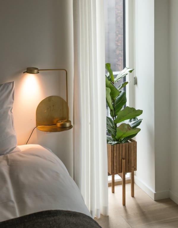 ベッドサイド用の家具 壁付けシェルフ