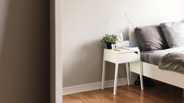 白い引き出し ベッドサイド用の家具
