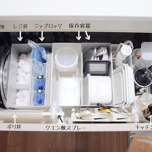 シンク下にはジップ付き袋や保存容器を