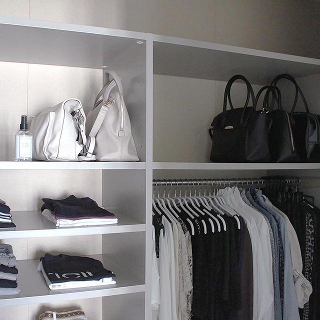 洋服と共にバッグなども収納