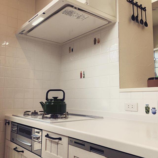 キッチンの壁に白い正方形タイルを