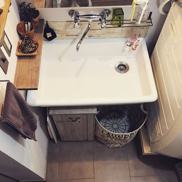 壁に棚やフックを付けて洗面用具を収納