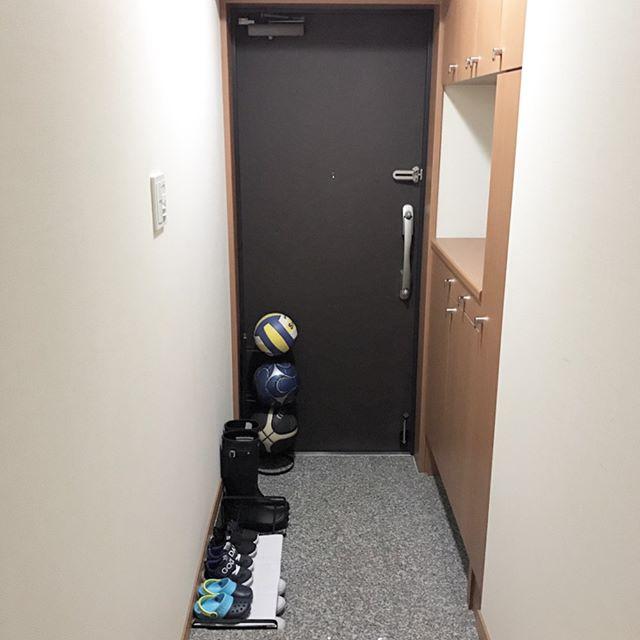 狭い玄関では必要な靴だけ出して