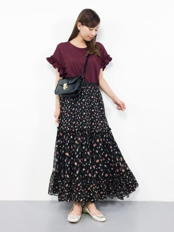 無地Tシャツ×花柄スカートの大人可愛いコーデ