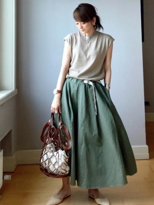 ベージュニット×ペールグリーンスカートの爽やか配色コーデ