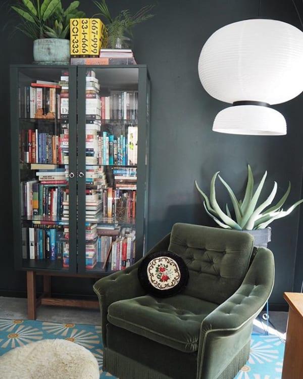 ぎっしり詰まった本棚が個性的