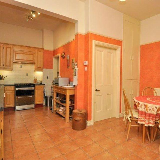 ポップな雰囲気のオレンジルーム