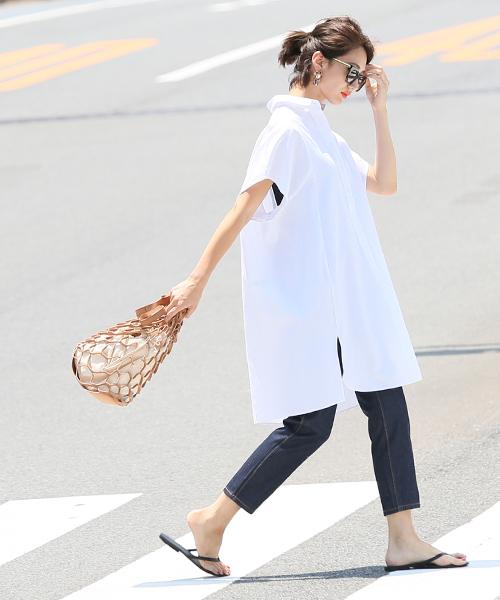 白のシャツワンピース×デニムパンツのレイヤードコーデ
