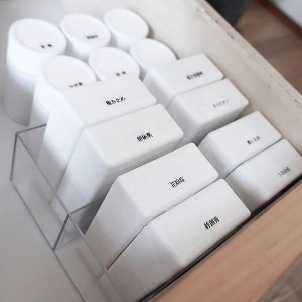 整理ケースは白で統一してスッキリ収納を実現2
