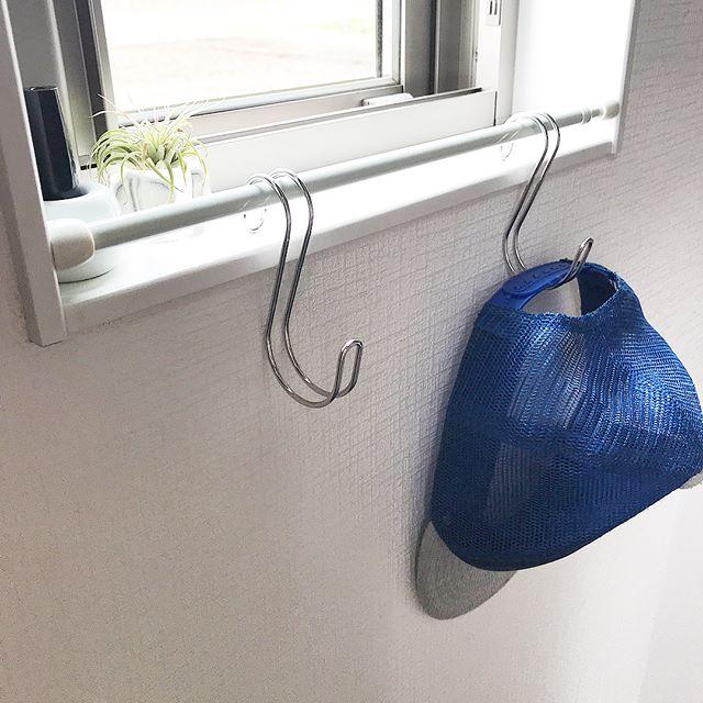 壁や窓際にフックを掛けて見せる収納を2