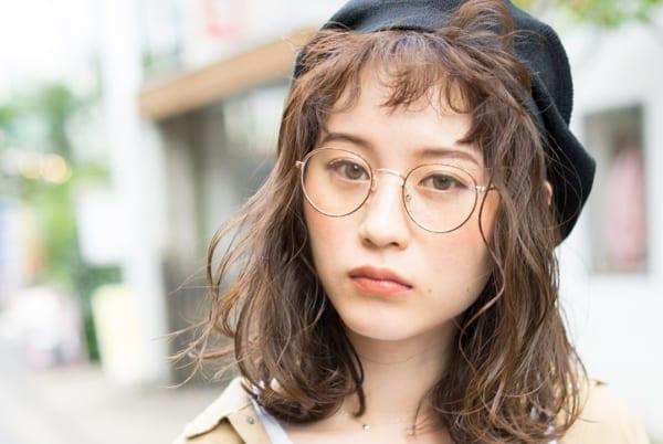 丸メガネに似合う髪型 ミディアム2